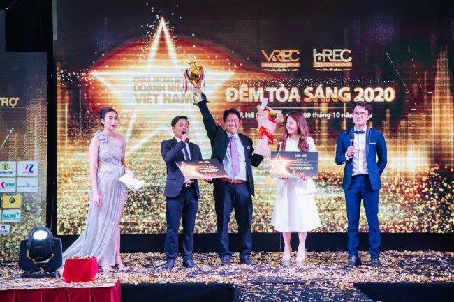 CEO Bùi Ngọc Hùng - Công ty TNHH TMDV Hùng Vân tham gia giao lưu văn nghệ Đêm tỏa sáng 2020